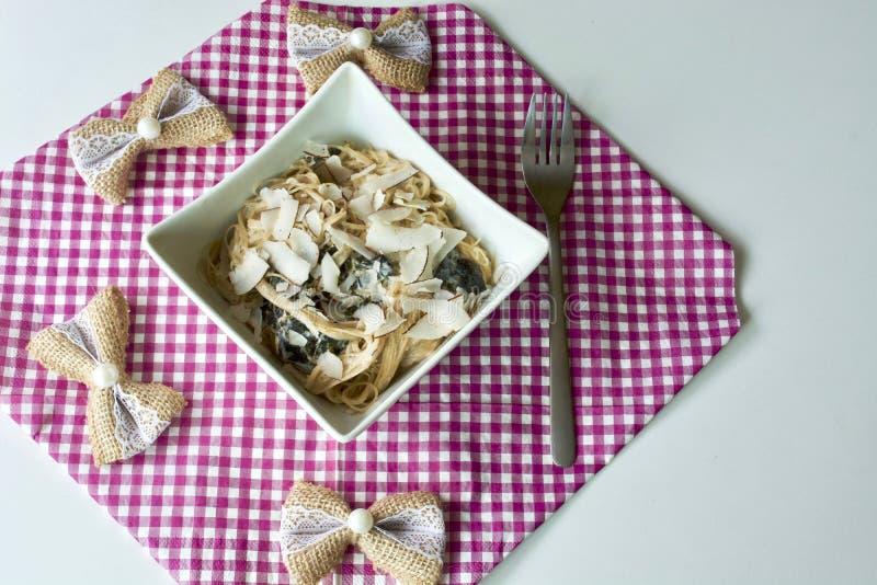 Bacia saboroso do macarronete com forquilha fotografia de stock royalty free