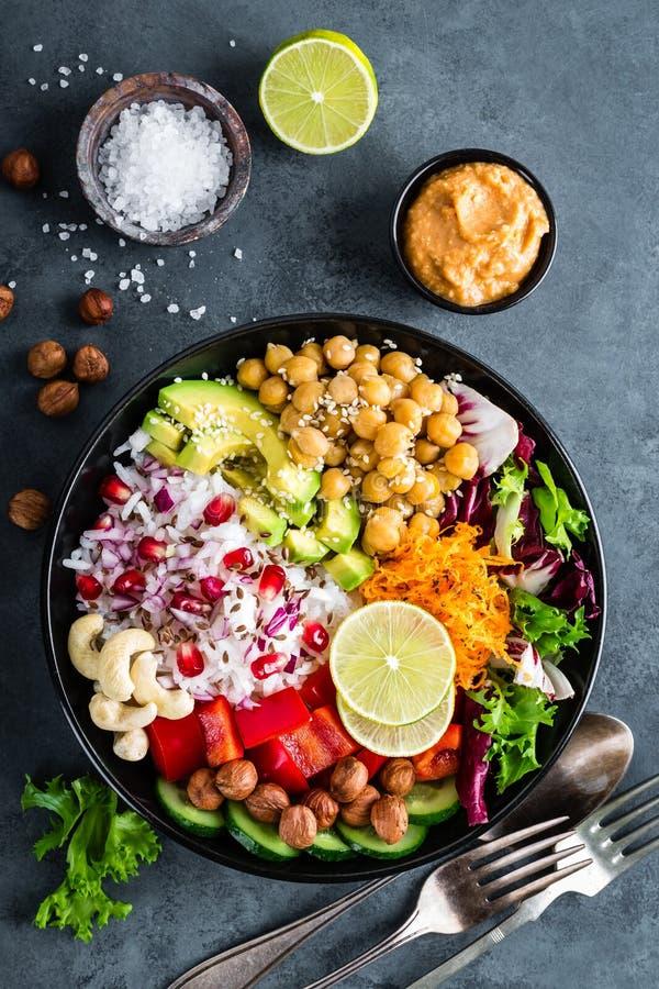 Bacia saudável da Buda do vegetariano com salada do legume fresco, arroz, grão-de-bico, abacate, pimenta doce, pepino, cenoura, r fotos de stock