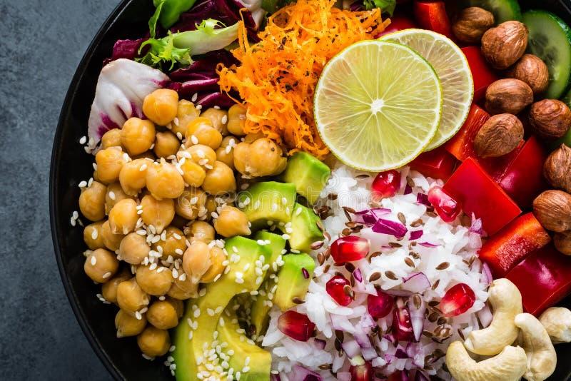 Bacia saudável da Buda do vegetariano com salada do legume fresco, arroz, grão-de-bico, abacate, pimenta doce, pepino, cenoura, r imagens de stock
