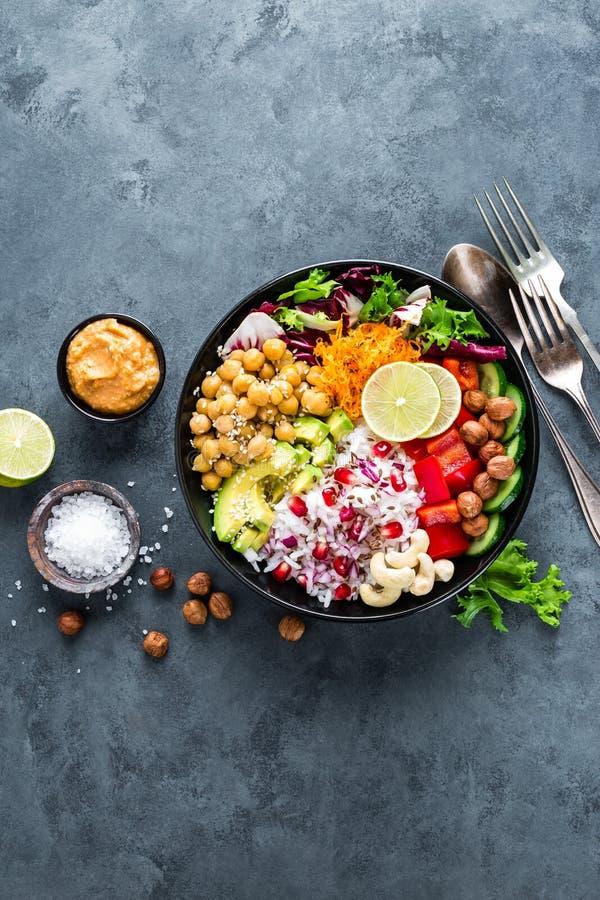Bacia saudável da Buda do vegetariano com salada do legume fresco, arroz, grão-de-bico, abacate, pimenta doce, pepino, cenoura, r fotografia de stock