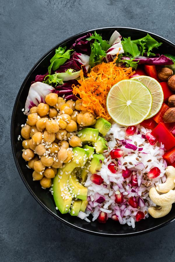 Bacia saudável da Buda do vegetariano com salada do legume fresco, arroz, grão-de-bico, abacate, pimenta doce, pepino, cenoura, r imagens de stock royalty free
