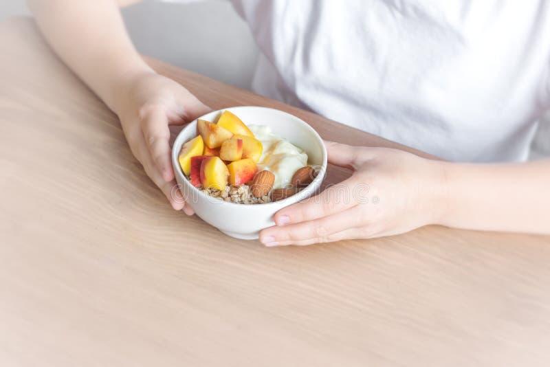 Bacia saudável do café da manhã nas mãos fotos de stock royalty free