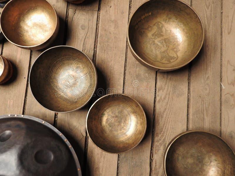Bacia tibetana do canto e outros instrumentos rituais religiosos para a meditação imagens de stock royalty free