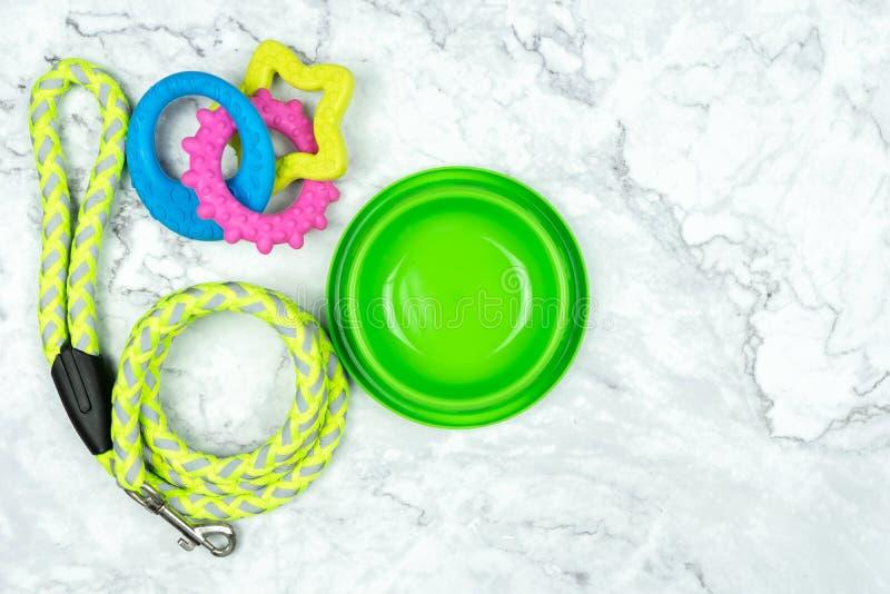 Bacia, trelas, e brinquedo do animal de estimação para o cão foto de stock royalty free