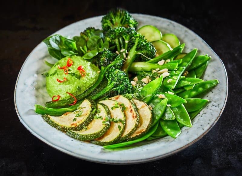 Bacia vegetal verde saboroso da Buda com mergulho do abacate imagens de stock