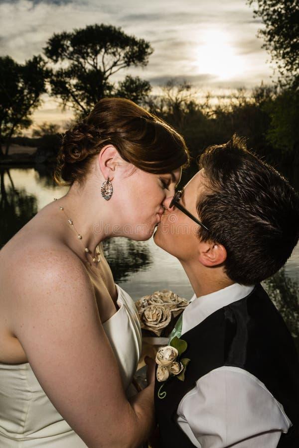 Baciare coppia sposata dal lago fotografie stock libere da diritti