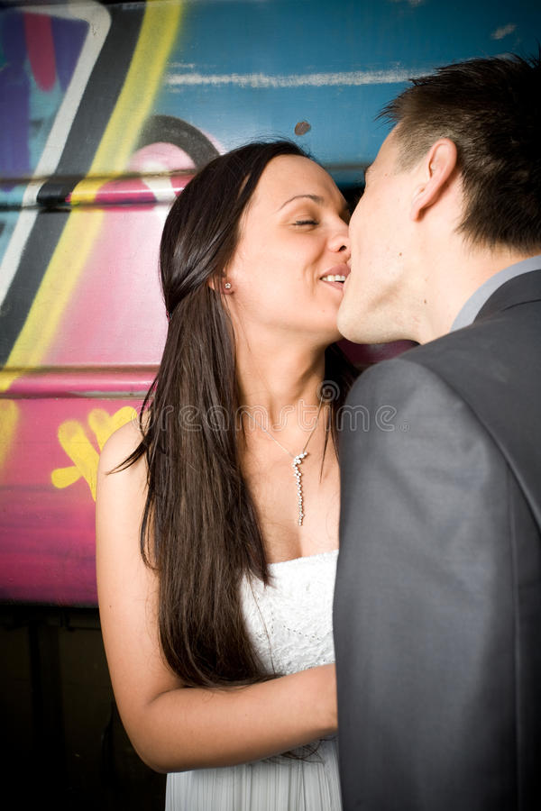 Baciare della sposa fotografie stock