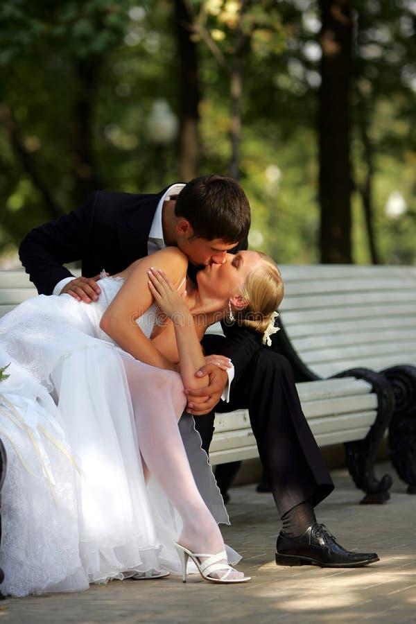 Baciare delle coppie del Newlywed immagine stock