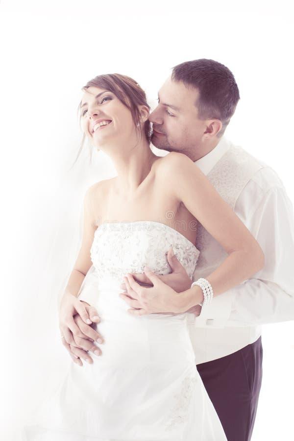 Baciare delle coppie di nozze   immagine stock