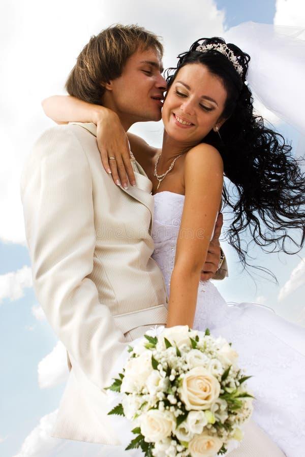 baciare dello sposo della sposa fotografia stock libera da diritti
