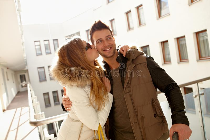 Baciare felice delle coppie immagine stock libera da diritti