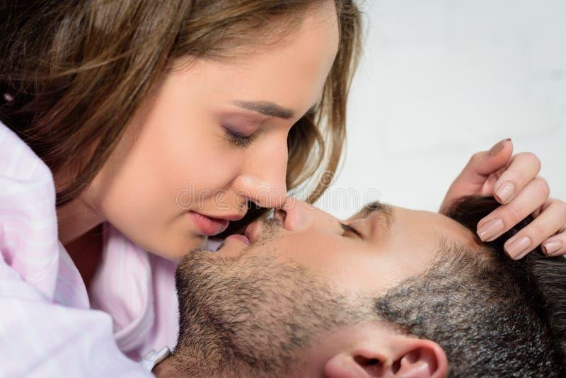 baciare giovane sensuale bello delle coppie fotografia stock libera da diritti