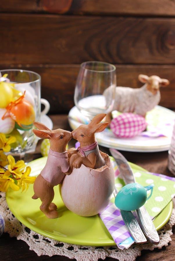 Baciare la decorazione dei conigli sulla tavola di pasqua fotografie stock libere da diritti