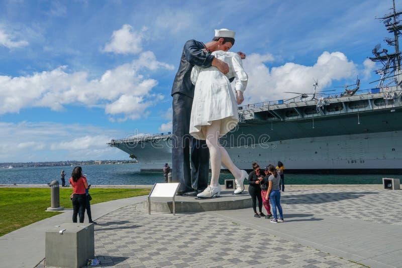 Baciare la statua del marinaio, porto di San Diego fotografie stock