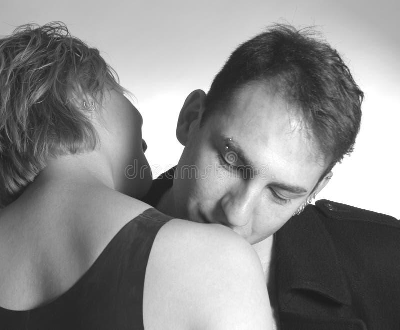 Baciare la sua spalla fotografie stock libere da diritti