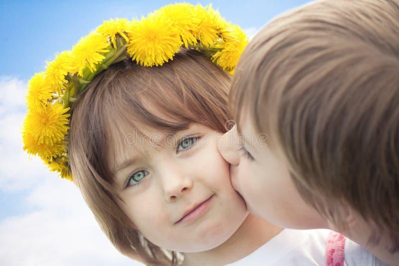 Baciare sveglio dei bambini in giovane età fotografia stock libera da diritti