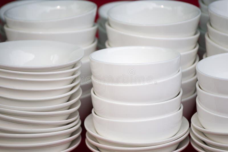 Bacias cerâmicas brancas empilhadas imagens de stock
