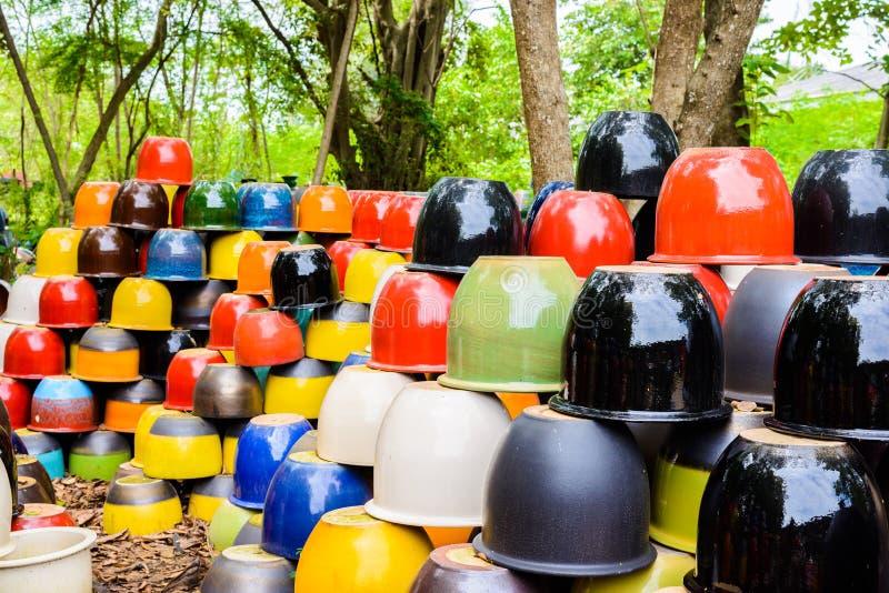 Bacias cerâmicas coloridos, potenciômetros e copos coloridos ou mão de vasos foto de stock royalty free