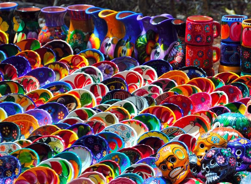 Bacias coloridas para a venda no mercado em Chichen Itza fotografia de stock royalty free
