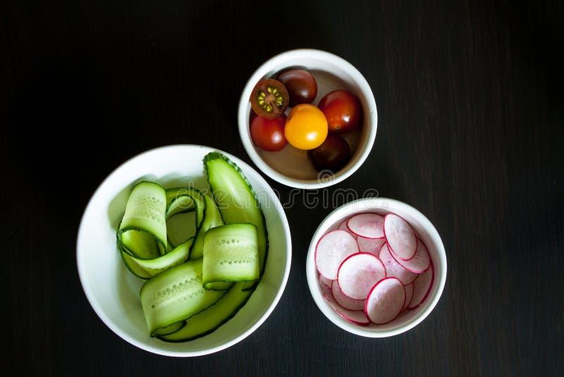 Bacias com os ingredientes para a salada fotografia de stock royalty free