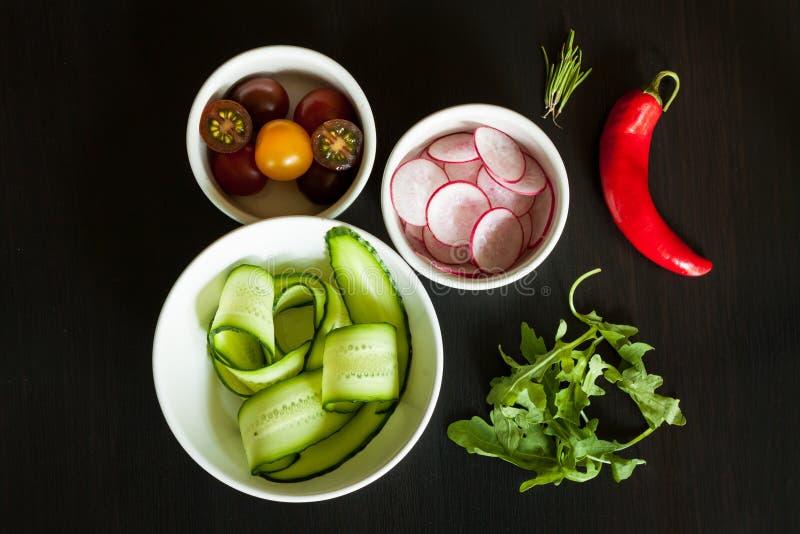 Bacias com os ingredientes para a salada foto de stock royalty free