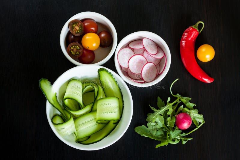 Bacias com os ingredientes para a salada fotos de stock royalty free