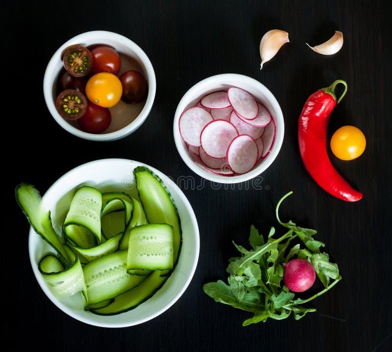 Bacias com os ingredientes para a salada fotografia de stock