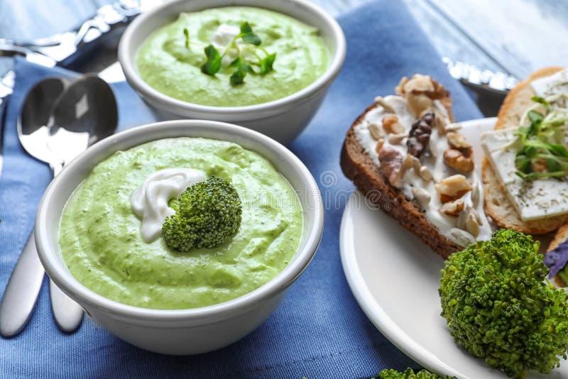 Bacias com sopa cremosa deliciosa dos brócolis foto de stock royalty free