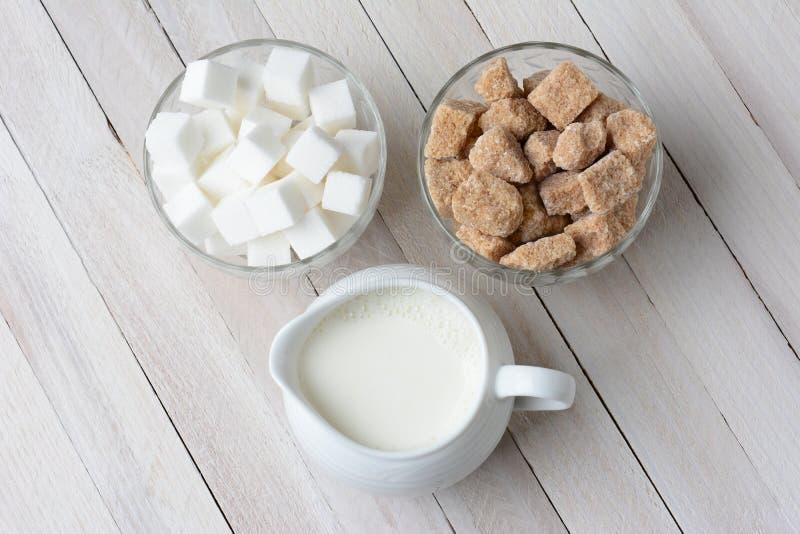 Bacias de açúcar e de creme imagens de stock