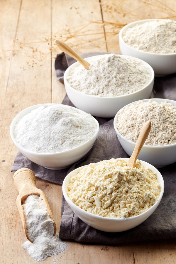 Bacias de farinha sem glúten foto de stock royalty free