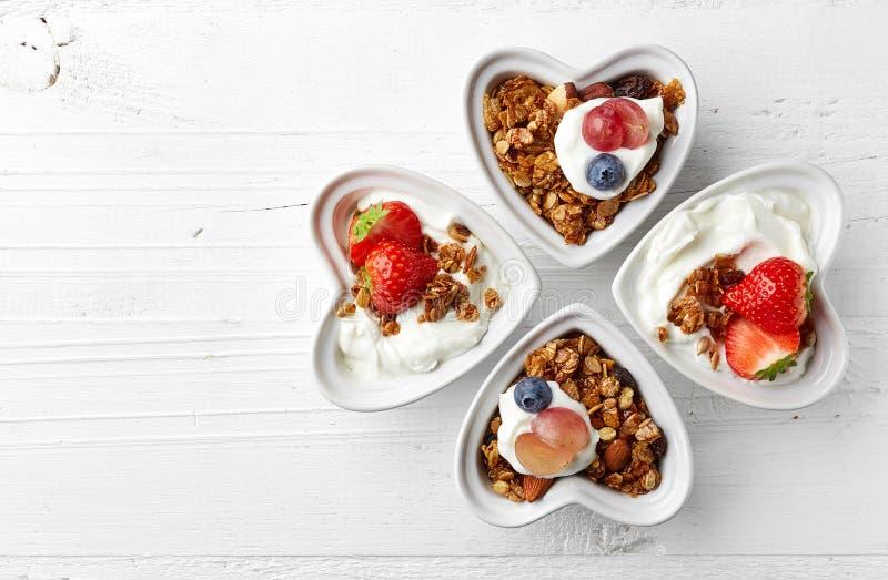 Bacias de granola, de iogurte e de bagas imagem de stock royalty free