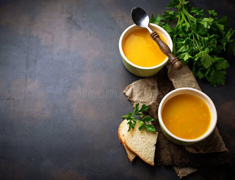 Bacias de sopa de lentilha vermelha quente do vegetariano fotografia de stock royalty free