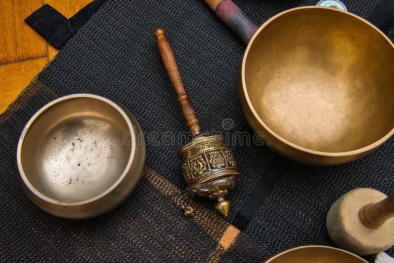Bacias do canto da roda e do tibetano de oração da mão imagens de stock