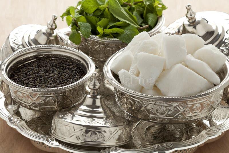 Bacias marroquinas tradicionais com açúcar, hortelã e chá imagens de stock