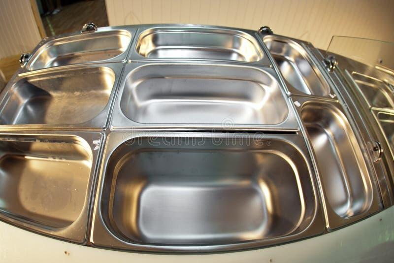 Bacias vazias de alimento na cozinha foto de stock
