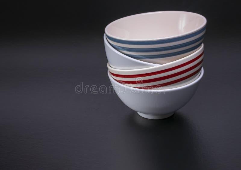 Bacias vermelhas empilhadas do azul e as brancas de cereal foto de stock