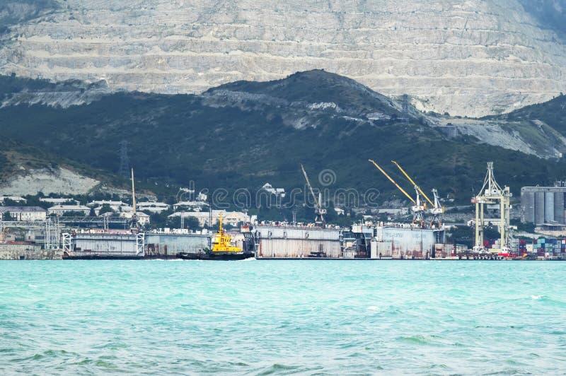 Bacini galleggianti, costa di Mar Nero, del cantiere navale e montagne, Russia fotografie stock libere da diritti