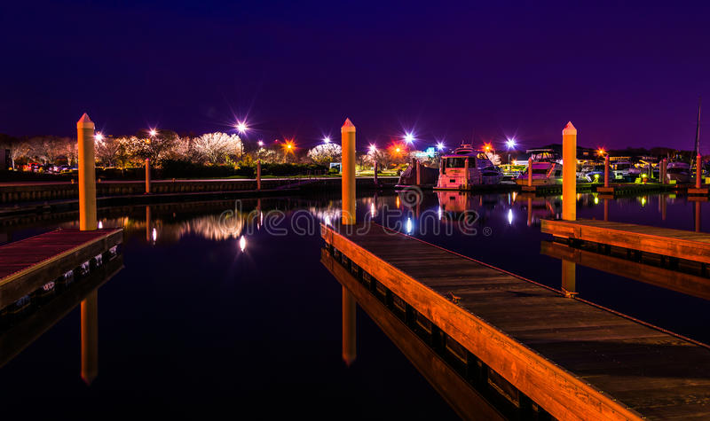 Bacini in un porticciolo alla notte, Kent Island, Maryland fotografie stock
