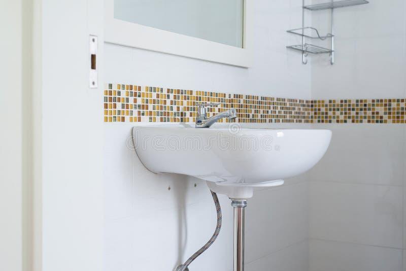 Bacino bianco nel bagno, ciotola di lavaggio in lavabo o toilette fotografia stock libera da diritti