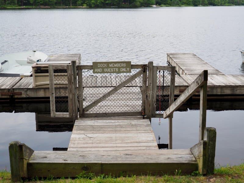 Bacino del lago per i membri e gli ospiti soltanto immagine stock libera da diritti