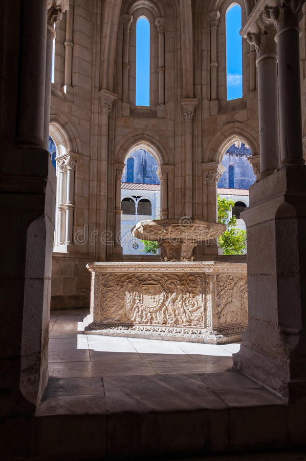 Bacino dell'acqua di rinascita nel monastero di Alcobaca immagine stock