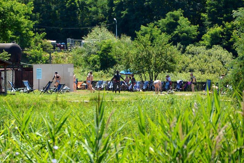Bacino dell'acqua e della stazione termale in Persani la Transilvania fotografia stock