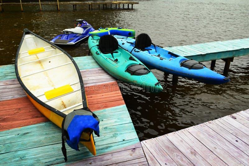 Bacino della barca con la canoa ed i kajak fotografie stock