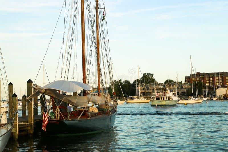 Bacino della barca a vela in porto fotografie stock
