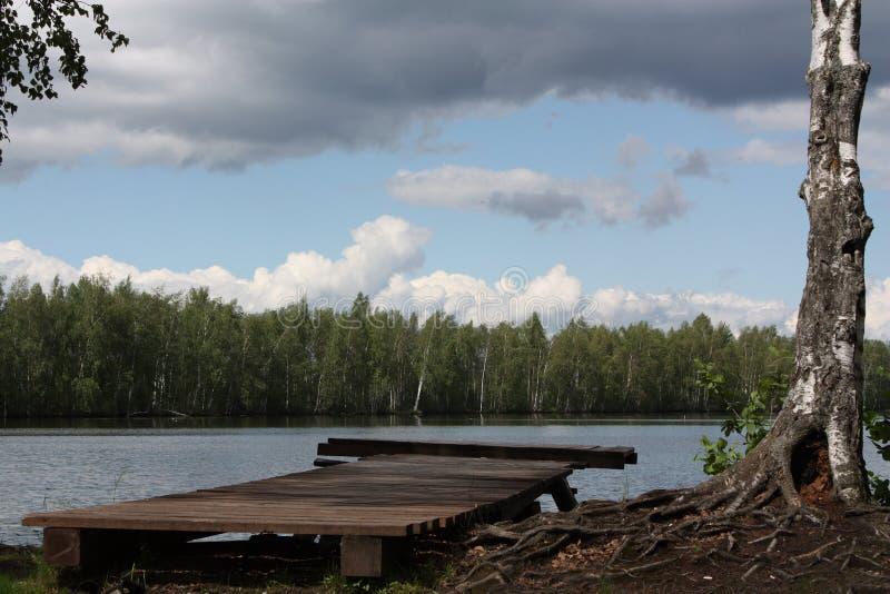 Bacino di legno al fiume immagine stock libera da diritti