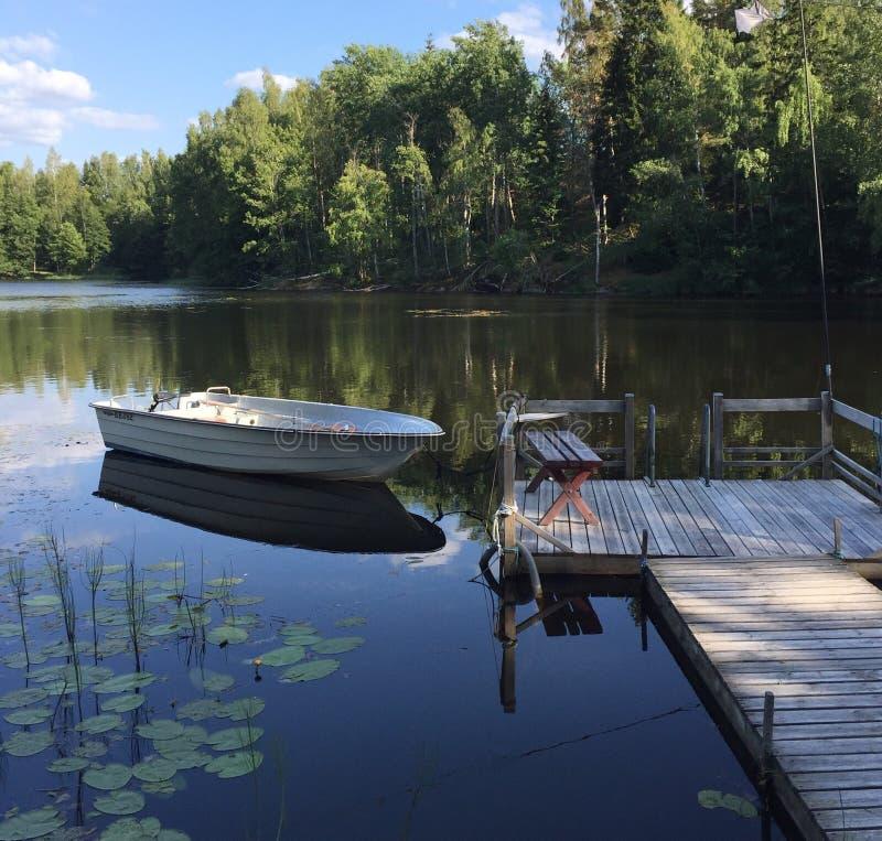 Bacino di legno e una barca fotografia stock libera da diritti