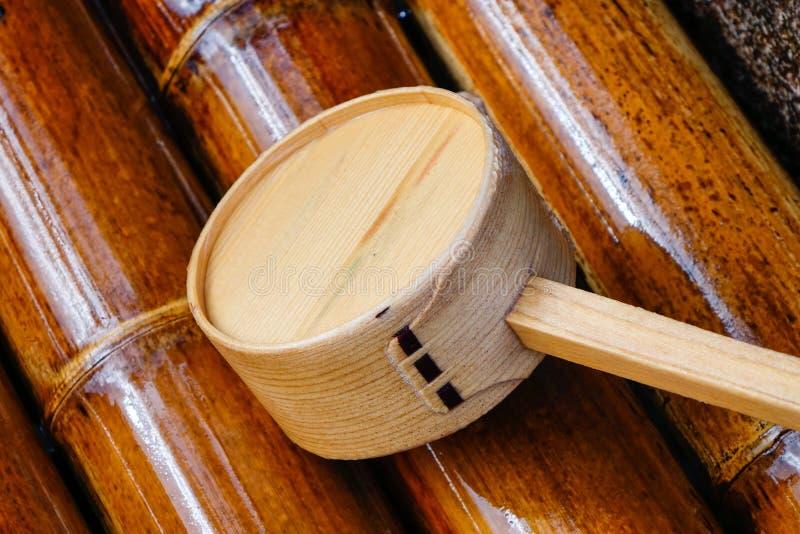 Bacino di legno per lavare le mani al tempio in Takayama, Giappone fotografia stock