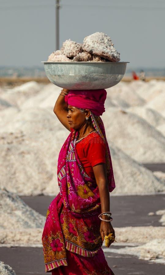 Bacino di trasporto della donna indiana con sale immagine stock