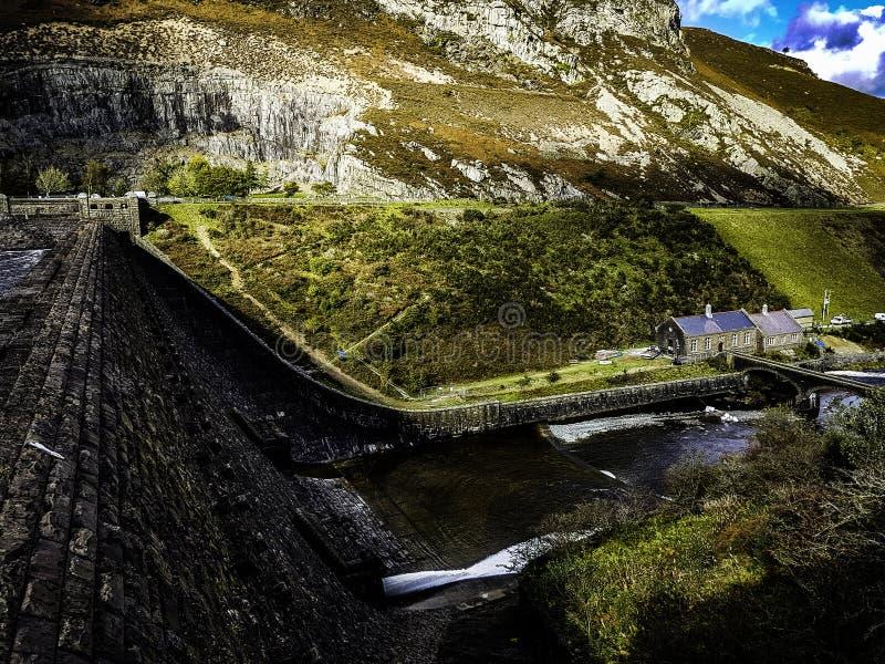 Bacino idrico di Elan Valley Vista dalla banca fotografie stock