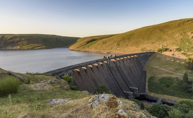 Bacino idrico e diga di Claerwen, in Elan Valley, metà di Galles fotografia stock